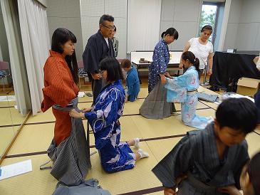 こども狂言クラブで袴の着付けを学びました