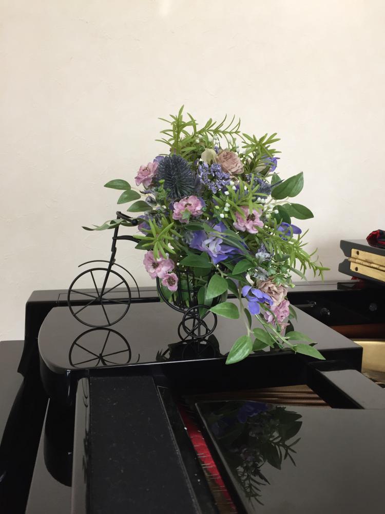 三輪車に乗って… えがお花-アーテイフィッシャルフラワー