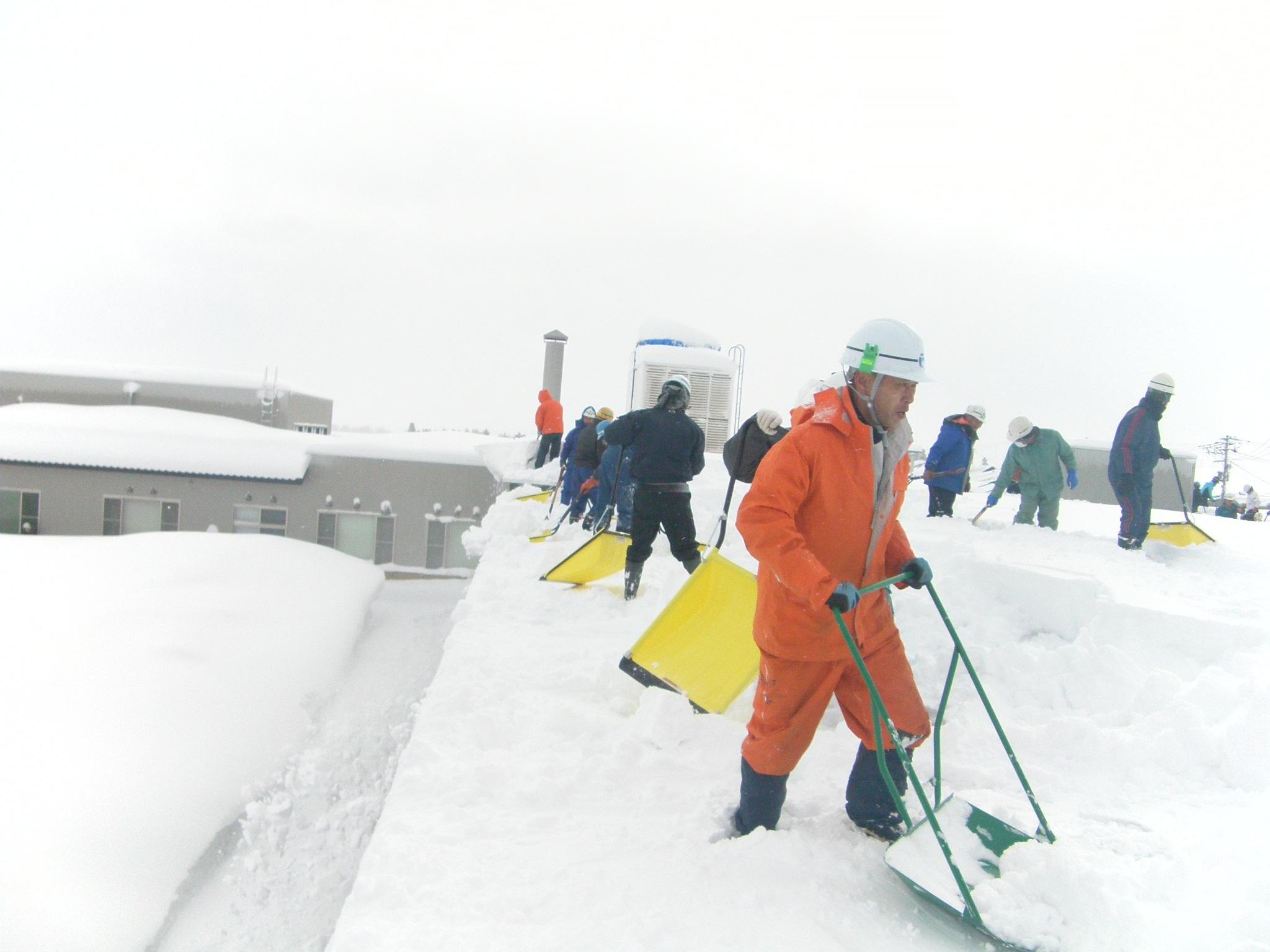 飯豊町介護老人保健施設「美の里」の雪下し:画像