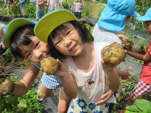 ジャガイモと子どもの笑顔
