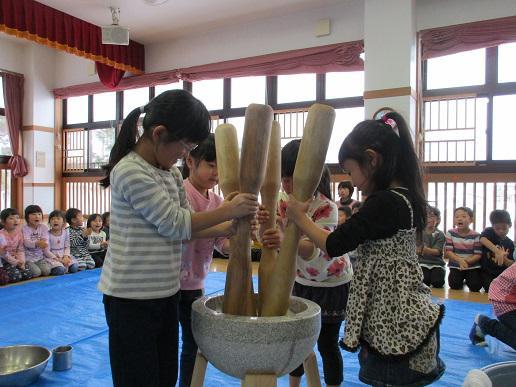 「もちつき大会」と「団子の木飾り」