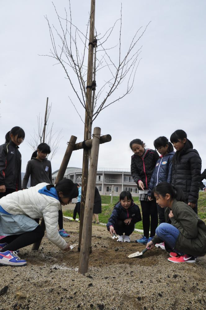 創立記念式と桜の記念植樹式が行われました。