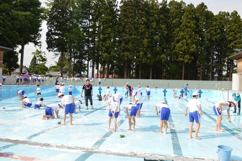 真夏を思わせる日差しの中、恒例のプール清掃!:画像