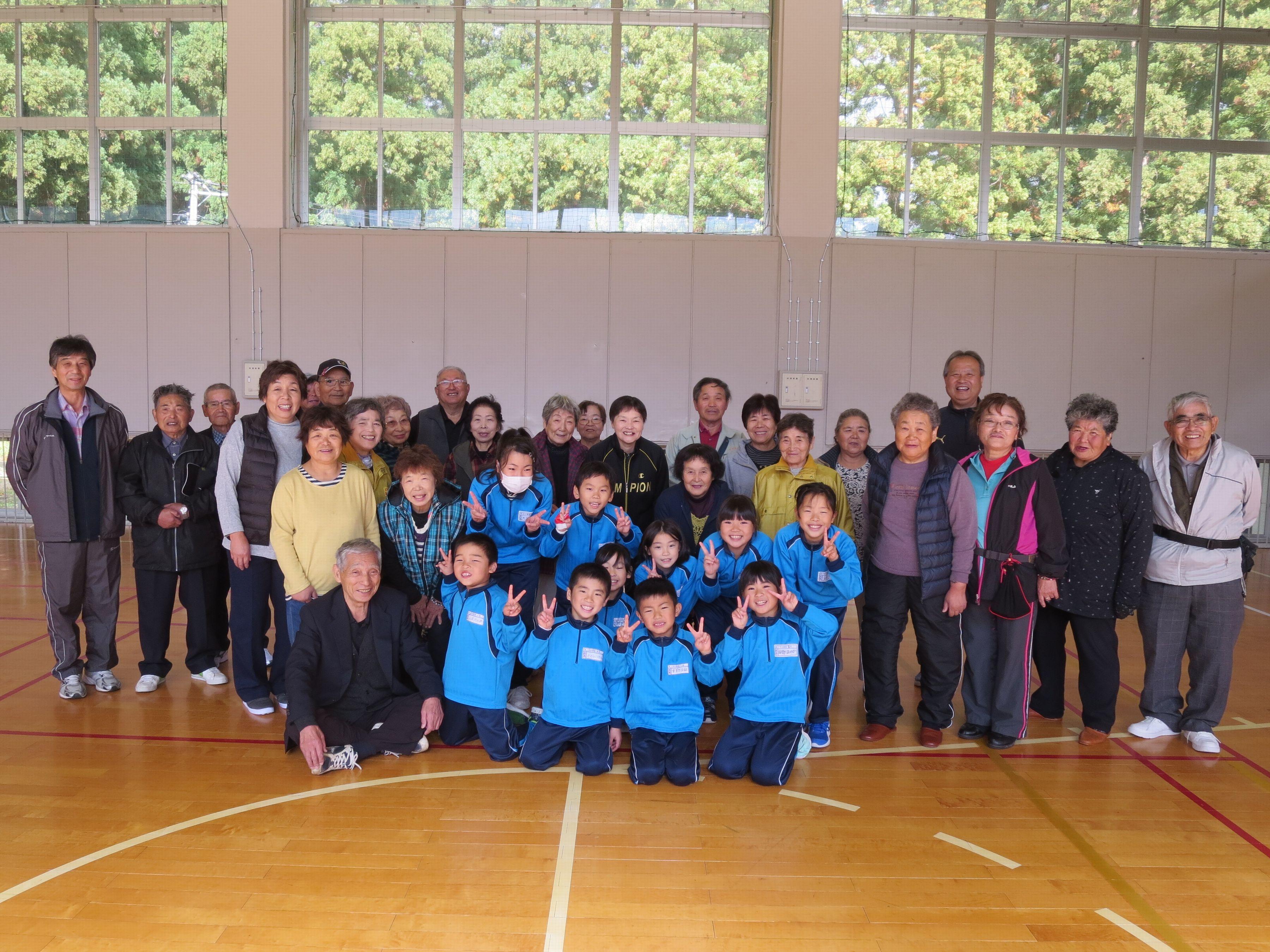 ふるさと学園と小学生、高齢者とのグランドゴルフ大会:画像