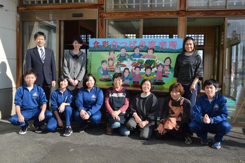 飯豊中学校美術部生徒が笑顔看板をおばあちゃんたちに:画像