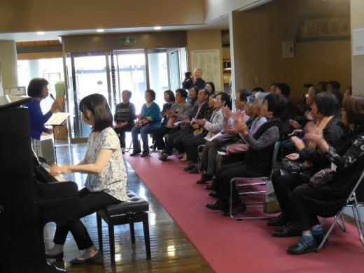 結城先生のピアノで「うたごえ広場」/