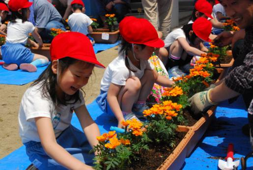 2011/06/09 15:47/晴天のもと元気な園児といっしょに楽しい時間をすごしました。