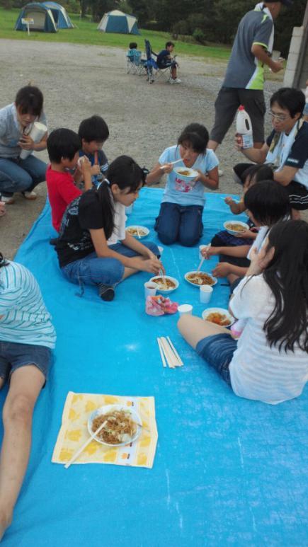 2012/08/02 19:38/みんなおいしそうに食べてます。自分たちで作ったのは一段と美味しいよね!