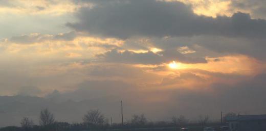 今朝の外の気温が3度と寒い朝です 朝霧の中に朝日が赤く輝いています 秋が深くなり朝夕の空も赤く染まる日がよくある季節です/