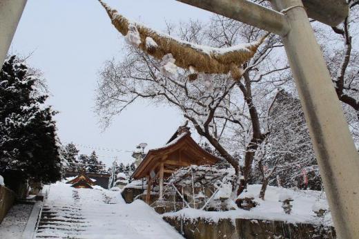 烏帽子山八幡宮の大鳥居がうっすらと雪をかむっています 全国的に大雪が報道され車の立ち往生が映し出されています 幸いにも南陽市は数センチの降雪ですが早く寒波が立ち去ってほしいです 「きびきびと万物寒に入りけり」(俳人富安風生)朝日新聞 天声人語より /