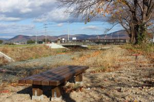 「岩崎川にベンチを設置しました」の画像