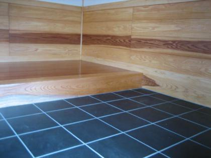 玄関の腰板は純白の杉板です/