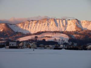 「朝日に輝く斜平山(なでら)」の画像