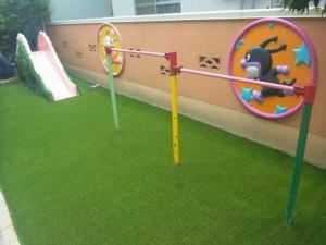 「ようやく人工芝の敷き込みスタート」の画像