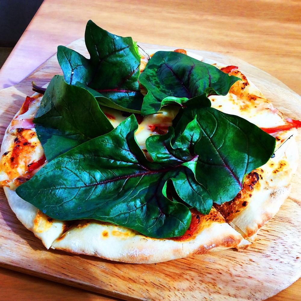 サラダほうれん草とパプリカのピザ:画像