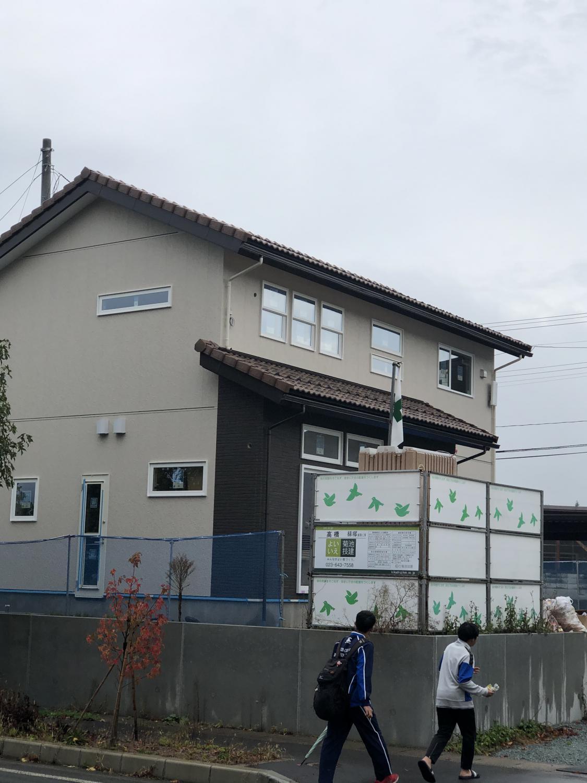 建物の外観と工事中の現場