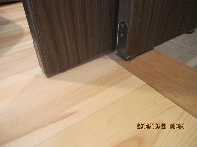 シューズクローク・お部屋の入口の吊戸の調整方法:画像