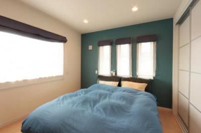 青を基調としたすっきりとまとまったベッドルーム/