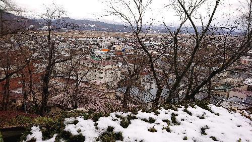 赤湯にもついに雪が積もった 午前中にはほとんどが解けたが遠くの山々は雪景色