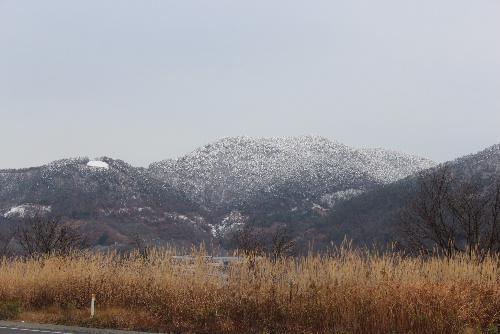 初冬 周りの山々がうっすらと雪化粧 まだ積雪ゼロ 雪がないっていいね~