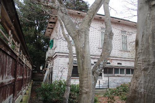 市内漆山に残る明治から昭和にかけての製糸業繁栄の姿を伝える洋館 その敷地には冬を迎える柿の木