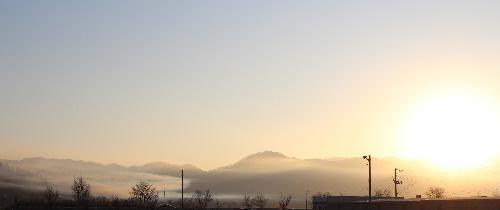 寒い~ 今朝の気温は氷点下8度 それでも雪が降らず東の山から朝日が昇ってきた