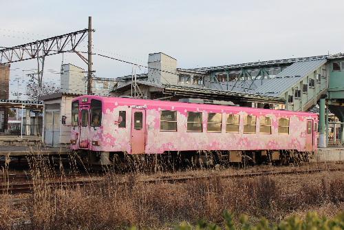 フラワー長井線の列車に花 新幹線とのコラボも/