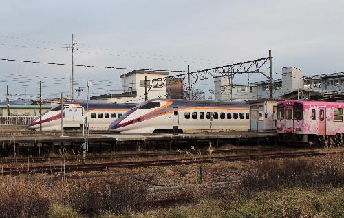 フラワー長井線の列車に花 新幹線とのコラボも