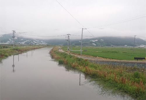 「 ♪ うさぎ追いしかのやま こぶなつりしかの川・・・」雨にけむる周りの山々、川の風景は文部省唱歌「ふるさと」を思い出させてくれるような朝のひと時でした