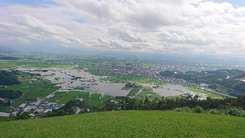 十分一山に登ってみました 南陽市は大きな被害がありませんでしたが十分一山から見る白竜湖周辺の水は今日も引いていません 田んぼの稲が心配になります