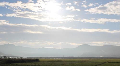 朝霧の中 遠くの山々が霧に霞み 秋の雲が浮かんでいます 「ふるさと」という歌を思い出すような風景です/