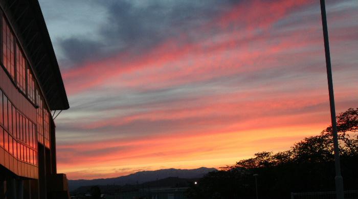 秋の夕暮れは早い そして真っ赤な夕焼けも鮮やかです 昨日夕焼けに染まった空を追いかけてカメラを肩に自転車で走りまわり撮りました 物好きと笑われそうです