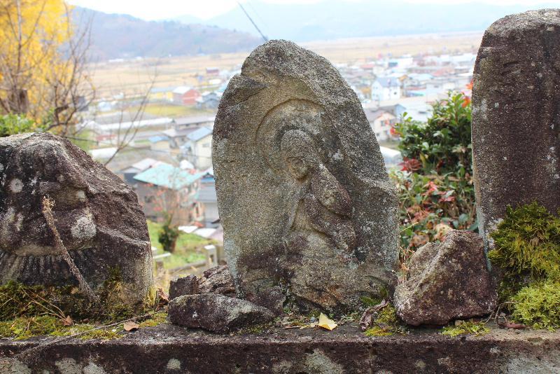 東正寺本堂前に何体かの崩れかけた石仏が立っています どこか風情のある石仏に思わずシャッターを切りました なんという仏像でしょうか