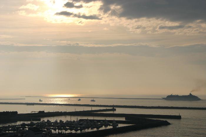 「日の出その5」はいわきの海に登る朝日です かなり前に撮影した写真ですが日の出の風景にはついついカメラを向けてしまいます 皆さんは日の出に何か忘れられない思い出がありますか