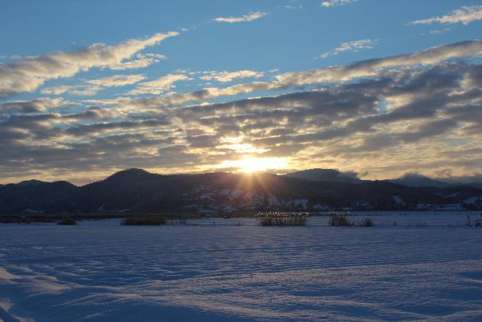ようやく日の出をとらえました 2021年1月6日 午前7時47分氷点下のもとでカメラを持ち日の出を待ち構えました 陽の光が登り久しぶりの青空が広がっています ようやく正月がきたような気がします