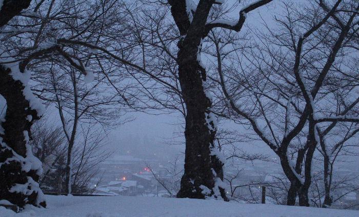 三寒四温 繰り返しながら春がやってきます 赤湯の夕景を撮りたくて烏帽子山公園に上ってみました まだ雪が降り積もり冬そのものの風景でした 南からは梅や桜のたよりもちらほら聞こえてきました 春よこい早くこい