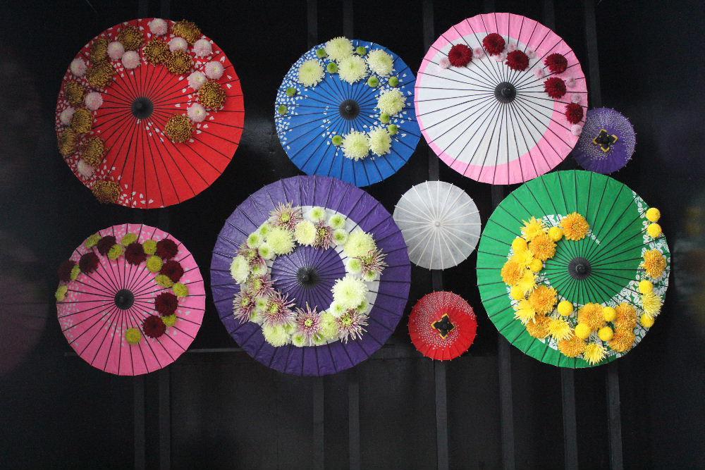 「キク」の季節になり南陽菊祭りが始まりました 宮内の熊野大社の「キク」でデザインされた菊人形を見てきました これまでの菊人形と違って県内外のフラワーデザイナーがキクをアレンジしたステージはこれまでの菊人形と一味違った魅力を引き出していましたと とても素敵で一見の価値あり