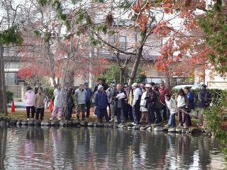 比嘉先生を囲んで池の浄化を学ぶ