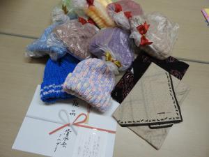 手編みのニット帽を贈呈!〜ミニデイ清水会さん〜 :画像