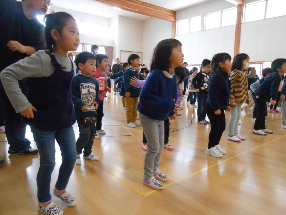 親子一緒に、ダンスを教えてもらいました!(はなぞの保育園の日記)