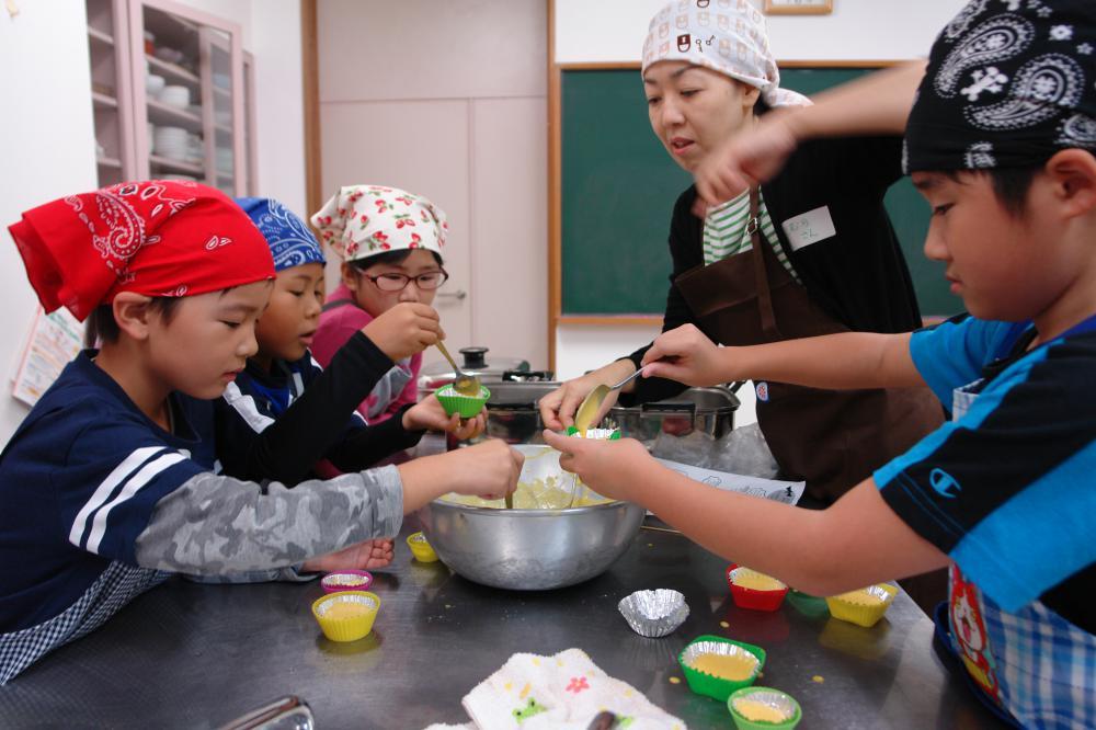 やってみよう!ハロウィンのお菓子づくりとボランティア体験!