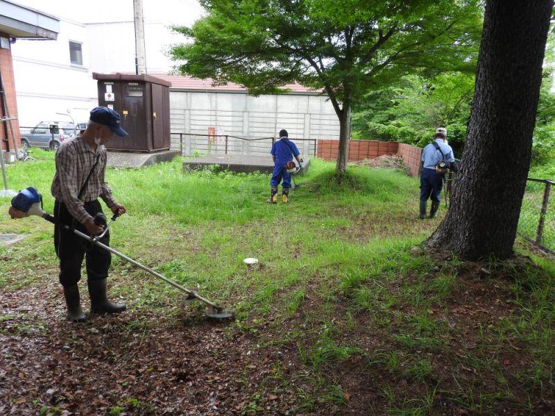 老人福祉センターの除草作業を行いました。:画像