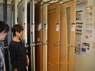 トステムショールームを見学(ドア、引戸、床材)/