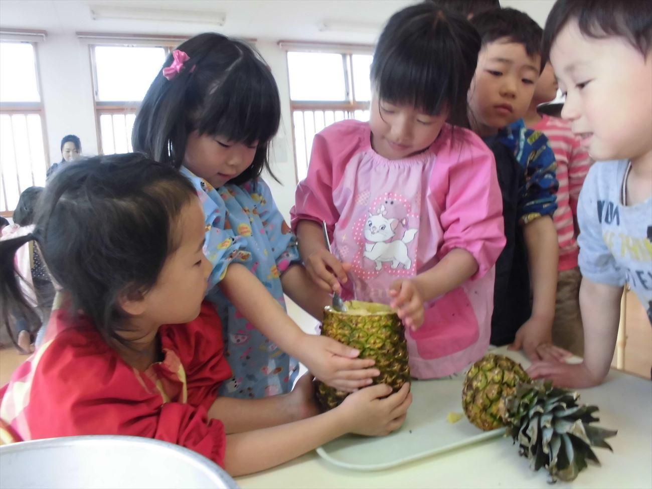パイナップルジュース作り