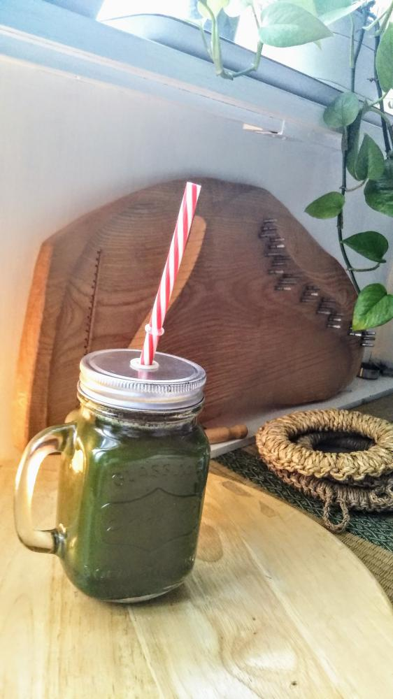 本日のチャクラ色のグリーンジュースを飲みながら