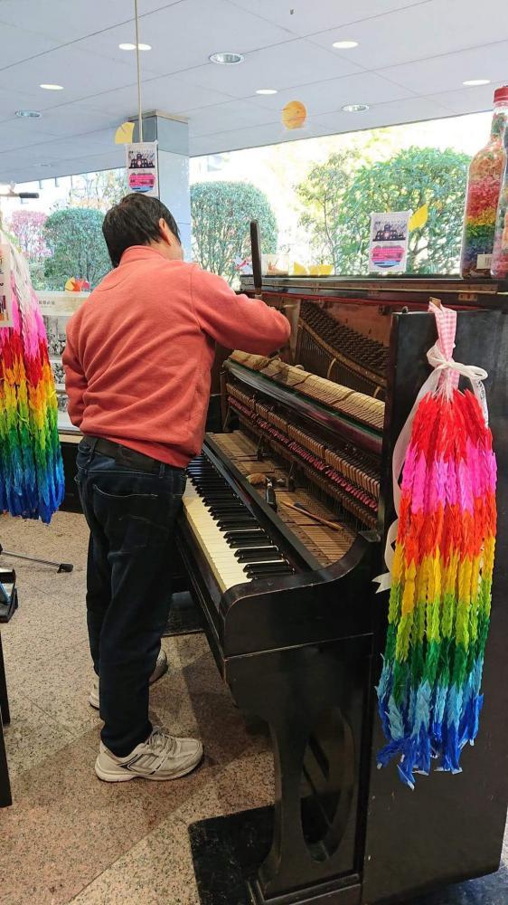 ピアノをチェック中の矢川さん