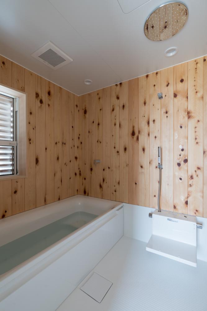 檜板張りのハーフユニットの浴室にはオーバーヘッドシャワーを装備