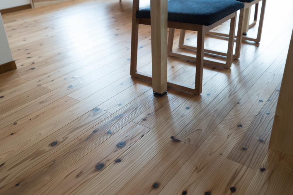 杉の無垢材を使用した床材