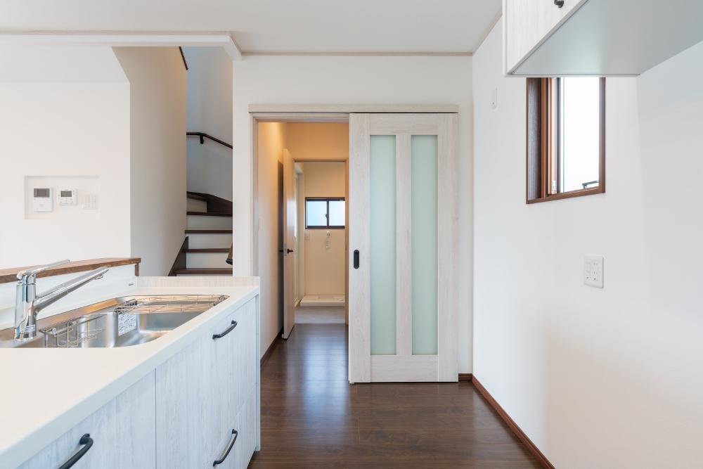 キッチンから脱衣室へは直動線でつなぐ
