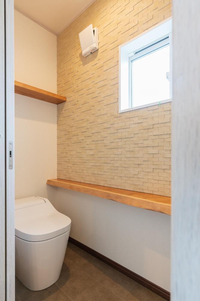 トイレ エコカラットとブラックチェリーの無垢カウンターを採用